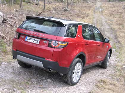 Land Rover Discovery Sport sopii maastoon.
